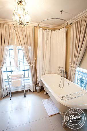 Bathroom with bathtub at Marais Elegance, vacation rental in Paris, Marais