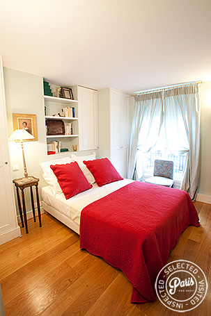 Mater bedroom with queen bed at Marais Elegance, Paris holiday rental, Marais