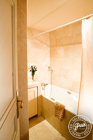 bathroom with bathtub at Pantheon, Paris flat rental, Latin Quarter