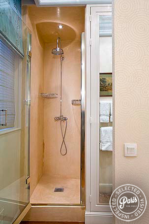 Bathroom with stand-up shower at Notre Dame, vacation rental in Paris, Latin Quarter