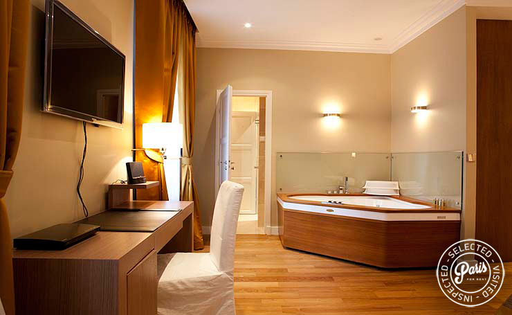 Jacuzzi in bedroom at Pantheon, Paris apartment rental, Latin Quarter