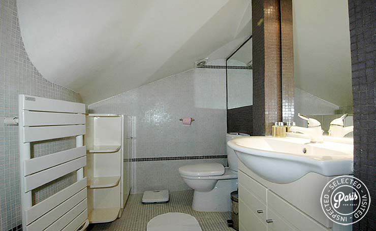 Bathroom at Place Bourg, apartment for rent in Paris, Marais