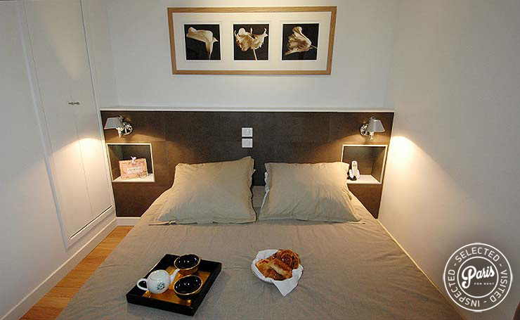 Master bedroom with queen-size bed at Bourg Suite, Paris holiday rental, Marais