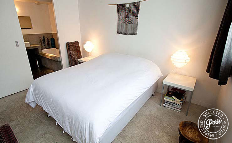 queen-size bed in master bedroom at Paris Townhouse, Paris flat rental, 10th district