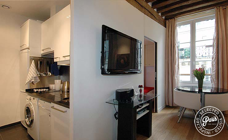Kitchen and dining area at Bourg Suite, Paris holiday rental, Marais
