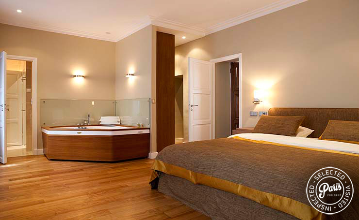 Master bedroom with jacuzzi at Pantheon, Paris vacation rental, Latin Quarter