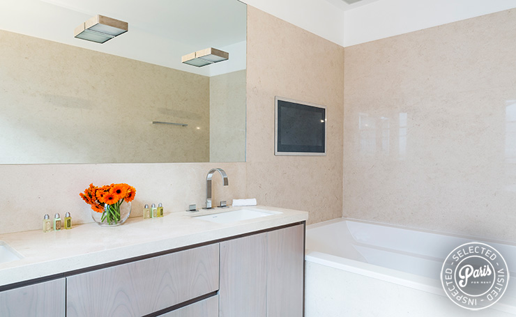 Master bathroom at Elysee Garden, apartment rental in Paris, Champs-Elysées